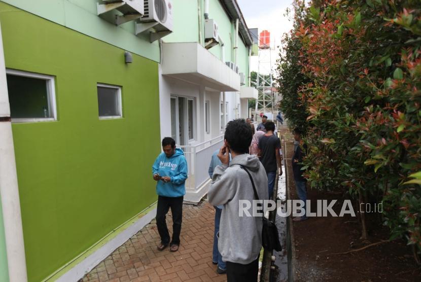 Warga melihat rumah tipe hunian DP Nol Rupiah berupa rumah susun sederhana milik (rusunami) di Kantor Informasi Klapa Village, Pondok Kelapa, Jakarta, Ahad (21/1).