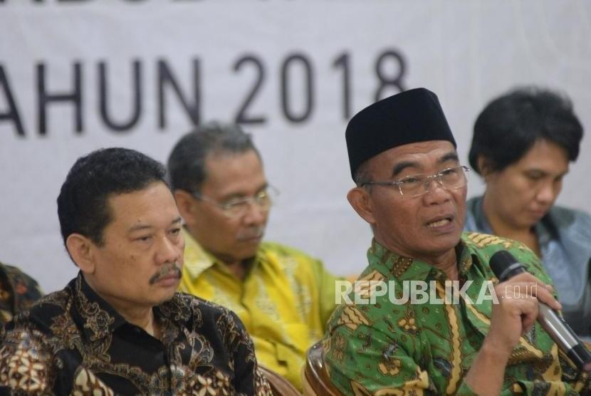 Menteri Pendidikan dan Kebudayaan Muhadjir Efendi memberikan keterangan terkait capaian kinerja Kemendikbud 2017 dan rencana kerja tahun 2018 di kantor Kemendikbud.