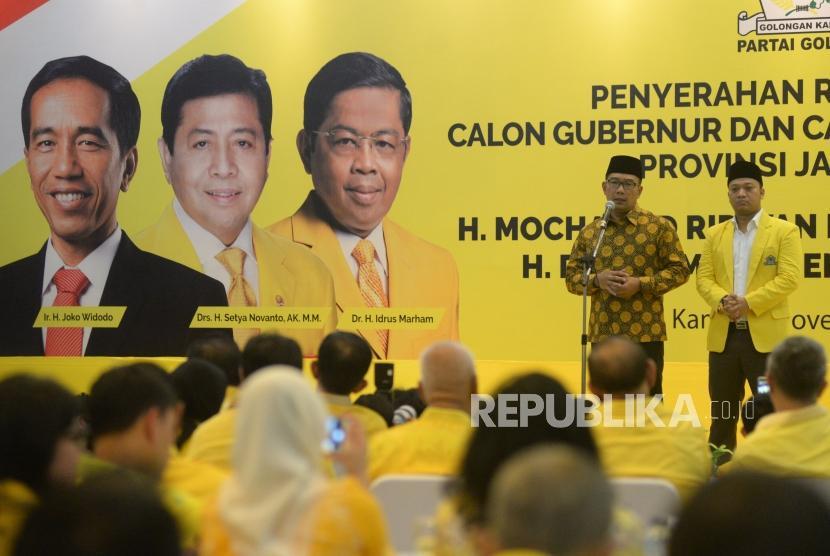 Walikota Bandung Ridwan Kamil dan Politikus Golkar Daniel Mutaqien Syafiuddin memberikan sambutan pada acara penyerahan rekomendasi Calon Gubernur dan Wakil Gubernur Provinsi Jawa Barat di DPP Partai Golkar, Jakarta, Kamis (9/11).