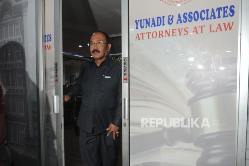 Fredrich Yunadi  keluar usai  KPK melakukan penggeledahan kantor Fredrich Yunadi di kawasan kebayoran lama, Jakarta Selatan , Kamis, (11/1).