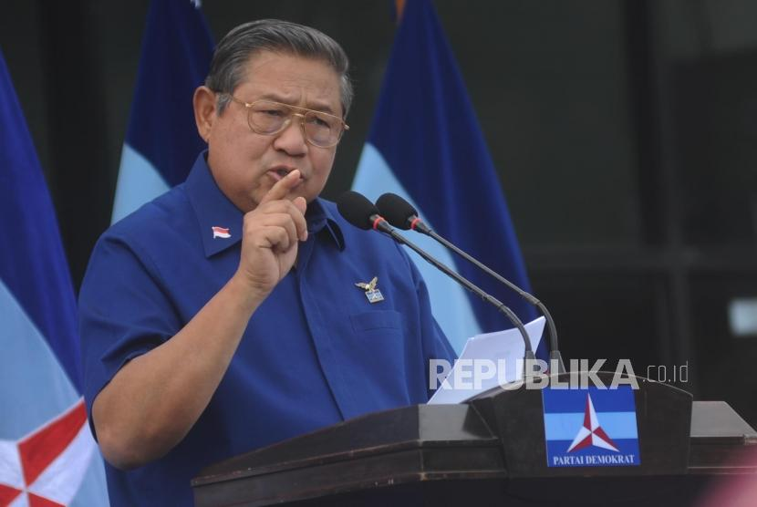 Ketua Umum Partai Demokrat Susilo Bambang Yudhoyono menyampaikan pernyataan politiknya di awal tahun 2018 di kantor Sekretariat DPC Partai Demokrat, Jalan Tegar Beriman, Cibinong, Kabupaten Bogor, Jawa Barat, Jumat (5/1).