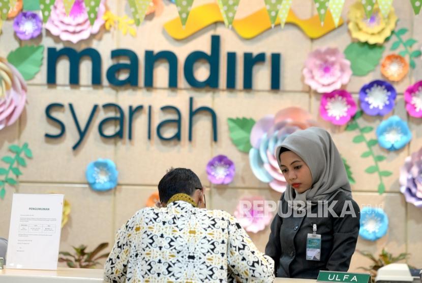 Peningkatan DPK. Petugas melayani nasabah di Bank Syariah Mandiri cabang Thamrin, Jakarta, Kamis (9/11).
