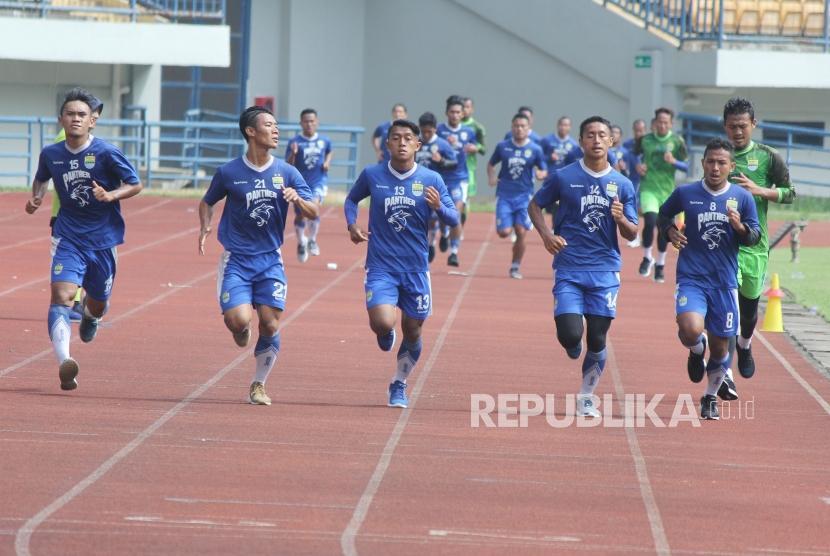 Para pemain Persib berlatih fisik di Stadion Gelora Bandung Lautan Api (GBLA), Kota Bandung, Senin (12/3).