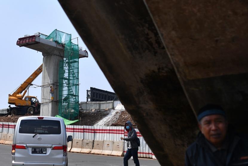 Pekerja menyelesaikan pembangunan proyek Light Rail Transit (LRT) Jakarta-Bogor-Depok-Bekasi (Jabodebek) di Cawang, Jakarta, Jumat (2/3).