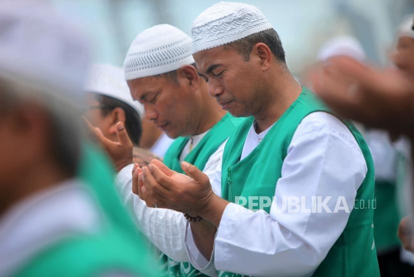 Sejumlah jamaah berdoa (Ilustrasi)