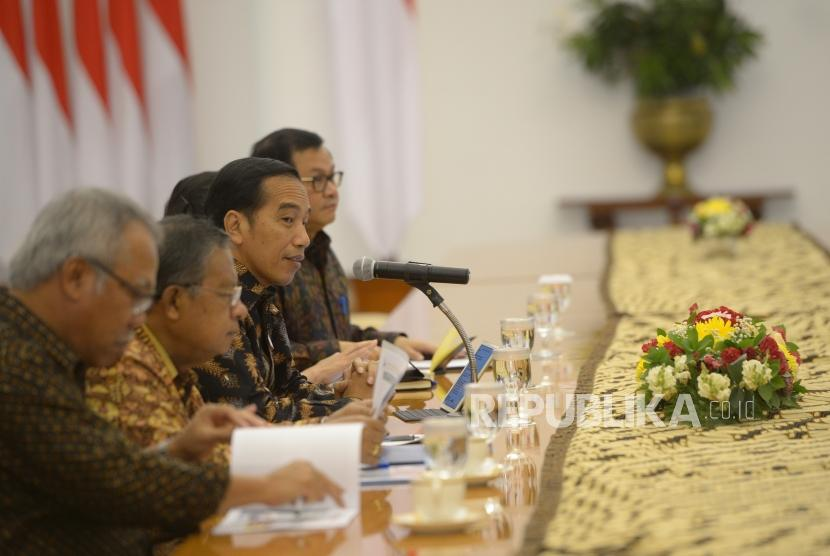 President Joko Widodo (center left) accompanied by his ministers receives Asian Infrastructure Investment Bank (AIIB) delegations at Bogor Palace, West Java, Monday (March 12).