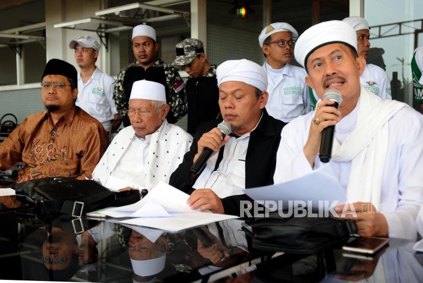 Anggota Tim 11 Alumni 212 Nur Sukma bersama Abdul Rasyid Abdullah Syafii, Sekretaris Tim 11 Alumni 212 Muhammad Al Khaththath dan Ketua Tim 11 Alumni 212 Misbahul Anam (dari kiri) memberikan paparan saat melakukan konferensi pers di kawasan Tebet, Jakarta, Rabu (25/4).