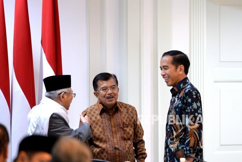 Presiden Joko Widodo, Wapres Jusuf Kalla, dan Ketua Umum MUI Maruf Amin (dari kanan) berbincang sebelum Rapat Pleno Komite Nasional Keuangan Syariah (KNKS) di Kantor Kepresidenan, Jakarta, Senin (5/2).