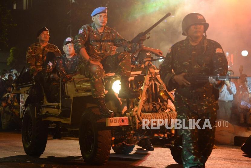 Sejumlah pemeran mementaskan drama kolosal Surabaya Membara di Jalan Tugu Pahlawan, Surabaya, Jawa Timur, Kamis (9/11). Drama yang menceritakan perjuangan arek-arek Suroboyo mempertahankan kemerdekaan RI tersebut dalam rangka memperingati Hari Pahlawan