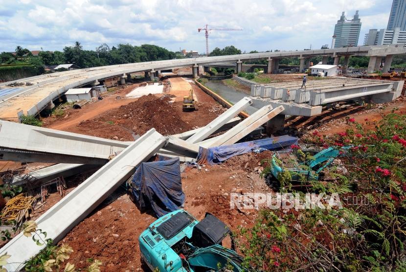 Kondisi girder proyek pembangunan tol Antasari-Depok yang roboh di Jalan Pangeran Antasari, Cilandak, Jakarta Selatan, Selasa (2/1).