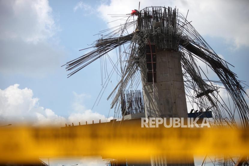 Formwork pier head on Bekasi-Cawang-Kampung Melayu (Becakayu) toll road near Kebon Nanas toll gates in East Jakarta collapsed on early Tueday (Feb 20).