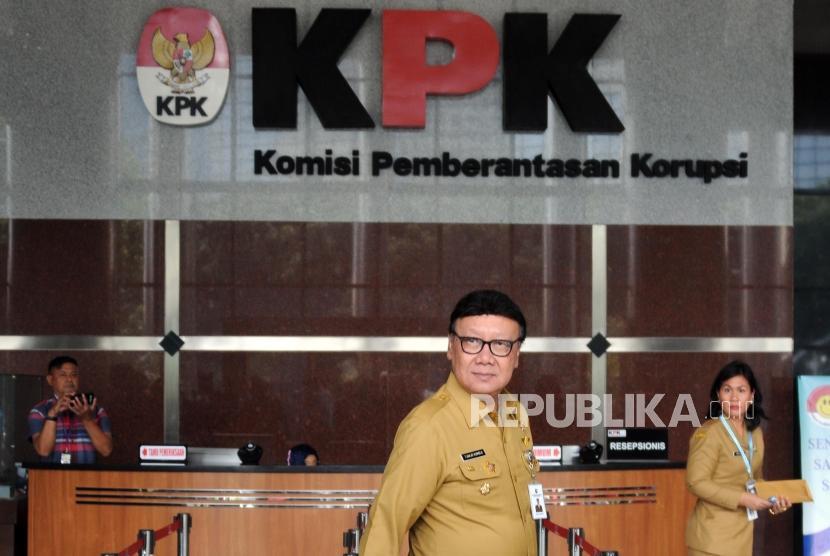 Menteri Dalam Negeri Tjahjo Kumolo (tengah) saat tiba di Gedung KPK, Jakarta, Senin (26/2).