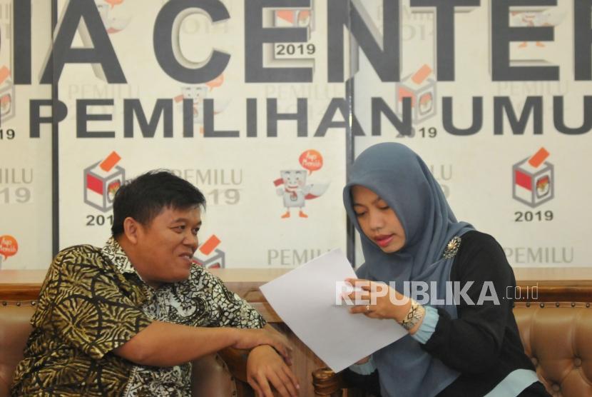 Direktur Eksekutif Komite Pemantau Legislatif (KOPEL) Syamsuddin Alimsyah (kiri)