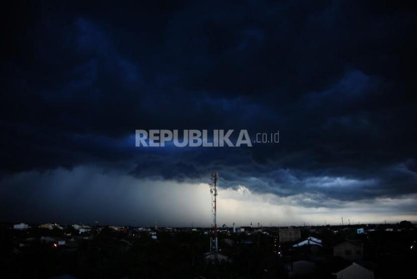 BPBD: Jangan Gunakan Ponsel Saat Hujan Disertai Petir