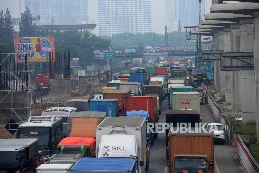 Truk-truk terjebak kemacetan di ruas jalan Tol Jakarta-Cikampek di Wilayah Kota Bekasi, Jawa Barat. (ilustrasi)