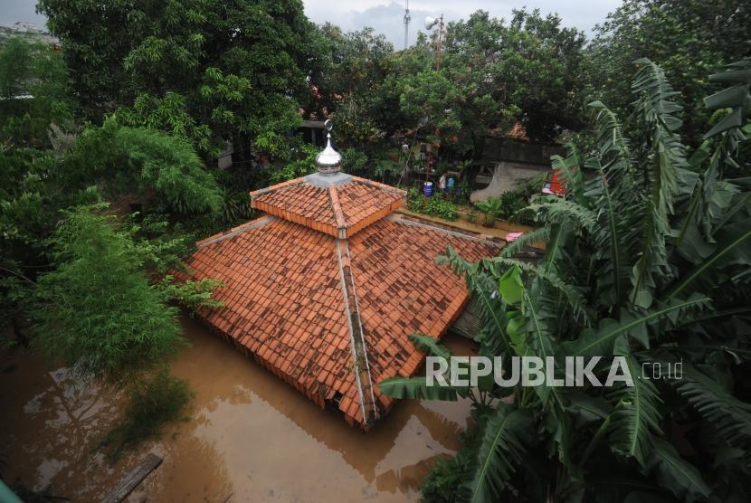 Mushala Al-Innayah terkena banjir di kawasan Pejaten Timur,Jakarta, Senin (5/2).
