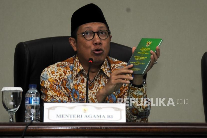 Menteri Agama Lukman Hakim Saifuddin memaparkan penjelasan saat konferensi pers di Kantor Kementerian Agama, Jakarta, Rabu (7/2).