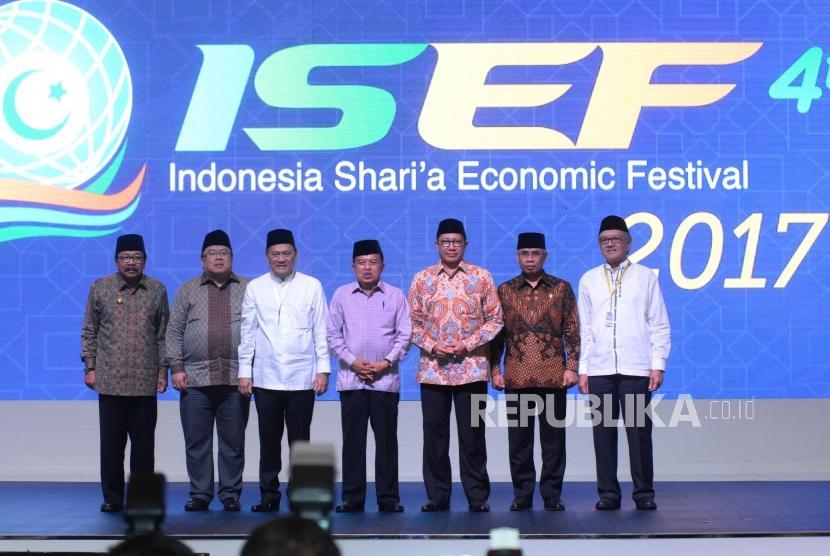 Wakil Presiden Jusuf Kalla (tengah), Gubernur BI Agus Martowardojo (ketiga kiri), Menteri Agama Lukman Hakim Saifuddin (ketiga kanan), Menteri PPN/Kepala Bappenas Bambang Brodjonegoro (kedua kiri), Ketua Dewan Komisioner OJK Wimboh Santoso (kedua kanan), Ketua Dewan Komisioner LPS Halim Alamsyah (kanan), dan Gubernur Jawa Timur Soekarwo berfoto bersama saat pembukaan Indonesia Sharia Economic Festival (ISEF) 2017 di Surabaya, Jawa Timur, Kamis (9/11).