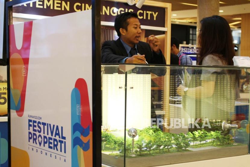 Festival Properti. Pengunjung melihat stan perumahan dan apartemen dalam Festival Properti Indonesia di Kota Kasablanka, Jakarta, Selasa (14/11).