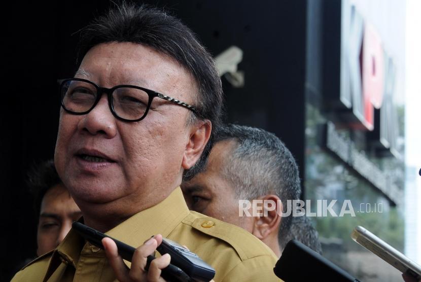 Menteri Dalam Negeri Tjahjo Kumolo memberikan paparan saat tiba di Gedung KPK, Jakarta, Senin (26/2).