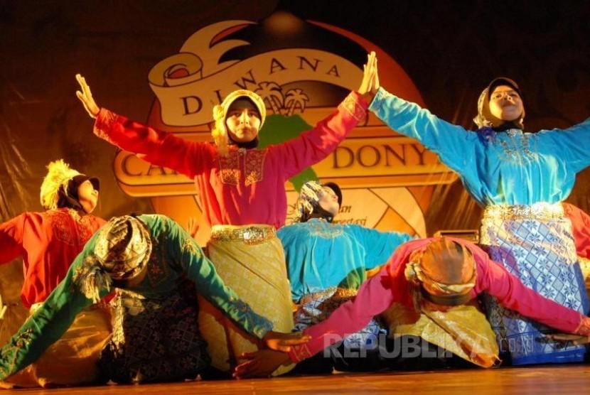 Para penari putri asal Pulau Wehmempergakan tarian Likok Pulo. (zarqoni/antara).
