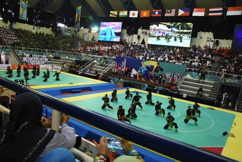 Pesilat asal Jakarta memeragakan sejumlah jurus pada upacara pembukaan pertandingan pencak silat 18th Asian Games Invitation Tournament di Padepokan Stadium, Jakarta, Sabtu (10/2).