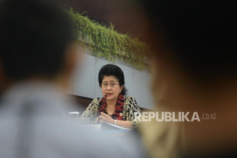 Menkes Nila F Moeloek memberikan keterangan pers mengenai capaian program kesehatan tahun 2017 dan rencana tahun 2018 di Gedung Kemenkes RI, Jakarta, Rabu(10/1).