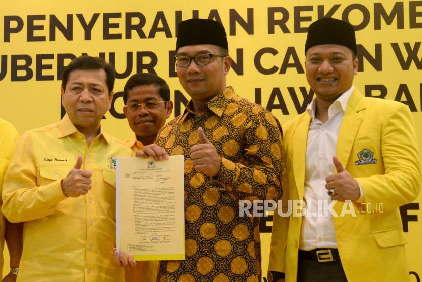 Ketua Umum Partai Golkar Setya Novanto diampingi Sekjen Golkar Idrus Marham meberikan surat rekomendasi kepada Walikota Bandung Ridwan Kamil dan Politikus Golkar Daniel Mutaqien Syafiuddin
