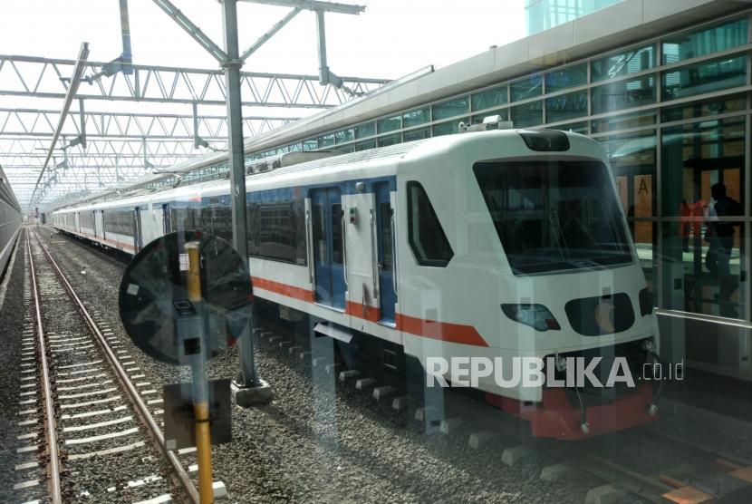 Kereta bandara melintas saat uji coba Kereta Bandara Soekarno-Hatta di Stasiun Soekarno-Hatta, Jakarta, Selasa (26/12).