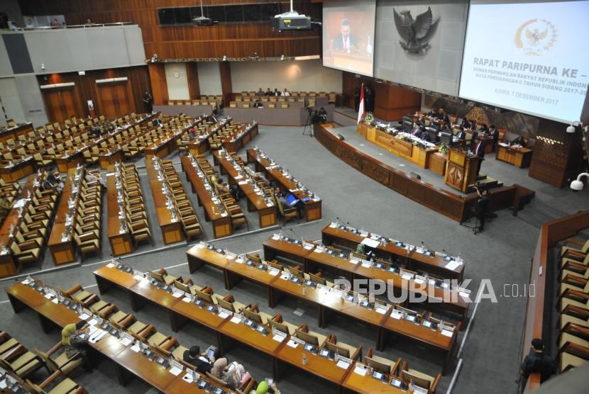 Sejumlah anggota dewan mengikuti Sidang Paripurna DPR di Kompleks Parlemen, Senayan, Jakarta, Kamis (7/12).