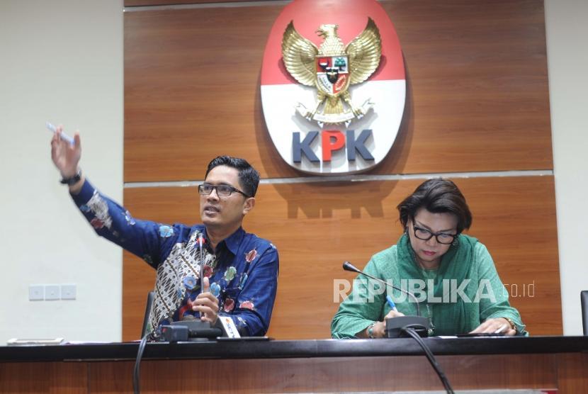 Penjelasan. Wakil Ketua KPK Basriah Padjaitan (Kanan) dan Juru Bicara KPK Febri Diansyah (Kiri) memberikan penjelasan terkait OTT Anggota DPRD Provinsi Jambi saat konfrensi pers di Gedung KPK, Jakarta, Rabu (29/11).
