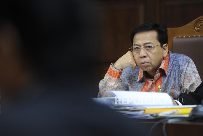 Terdakwa kasus korupsi pengadaan KTP elektronik Setya Novanto  menjalani sidang di Pengadilan Tipikor Jakarta, kamis (1/2).
