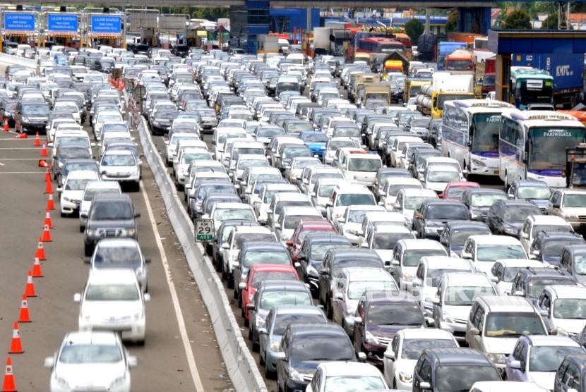 Sambut Libur Panjang. Sejumlah kendaraan mengantre di kawasan Tol Cikarang Utama, Bekasi, Jawa Barat, Jumat (16/2).