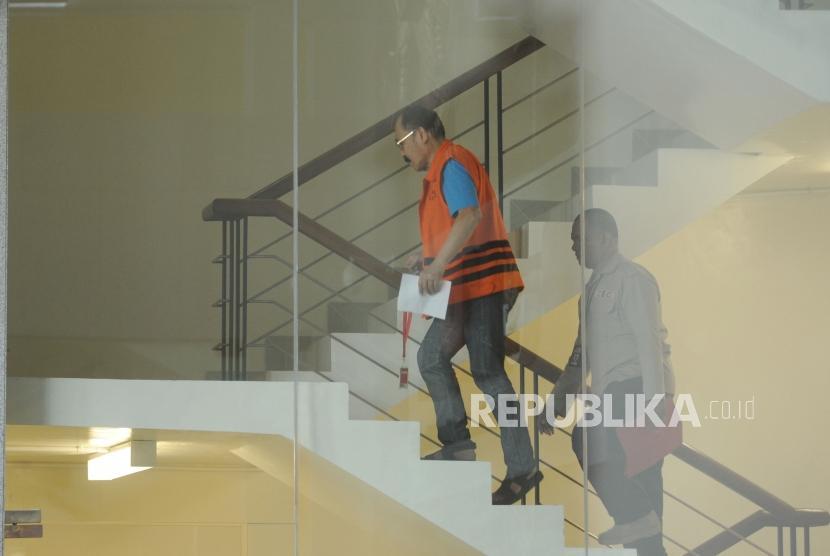 Tersangka kasus merintangi, mencegah atau menggagalkan  secara langsung atau tidak langsung penyelidikan perkara KTP Elektronik  dengan tersangka Setya Novanto Fredrich Yunadi menaiki tanggga bersiap untuk melakukan pemeriksaan di Kantor KPK. Jakarta, Selasa (16/1).