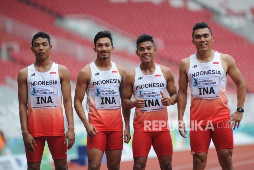 Empat pelari estafet putra Indonesia.
