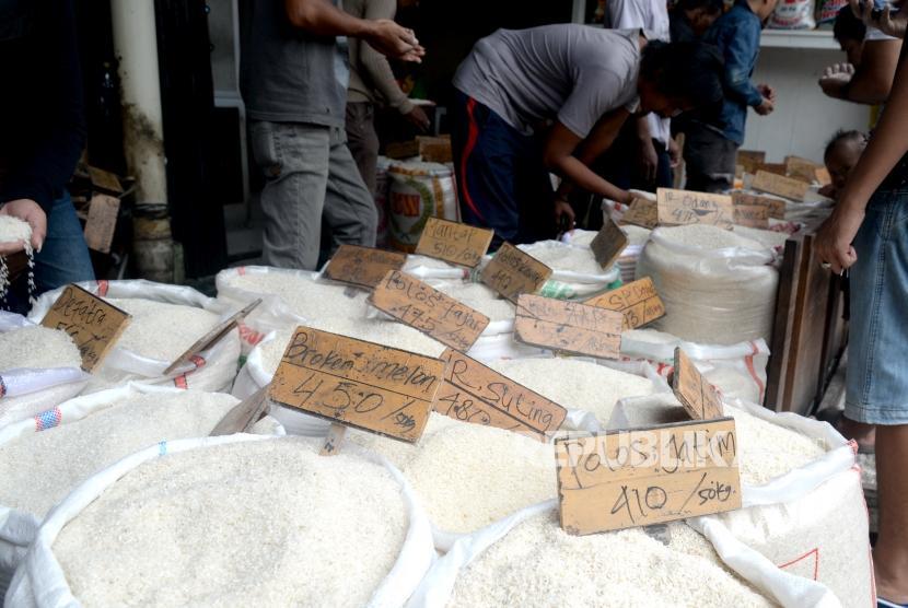 Pembeli memilih beras di Pasar Induk Beras Cipinang, Jakarta, Kamis (11/1).