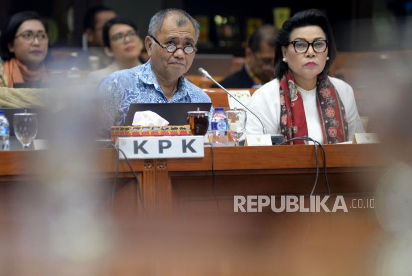 Ketua KPK Agus Raharjo (kiri) didampingi Wakil Ketua KPK Basaria Panjaitan mengikuti rapat dengar pendapat dengan Komisi III DPR di Kompleks Parlemen Senayan, Jakarta, Senin(12/2).