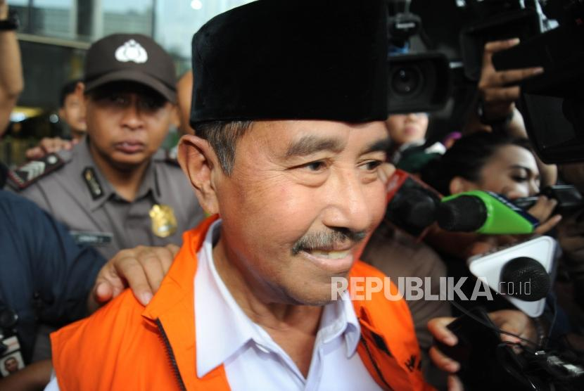 Bupati Kabupaten Bandung Barat Abu Bakar  memakai rompi orange usai  menjalani pemeriksaan  di gedung KPK, Jakarta, Rabu (11/4).