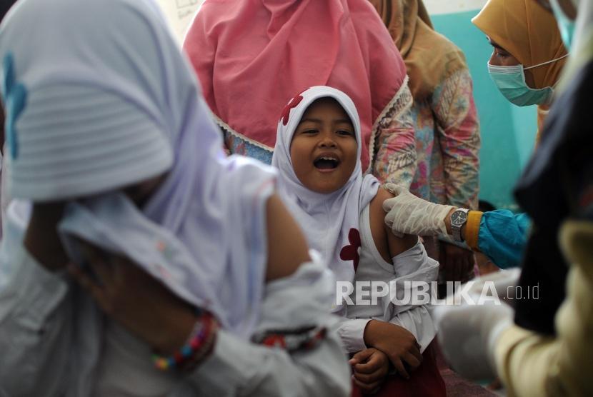 Aher Imbau Masyarakat Ikuti Imunisasi Difteri Massal
