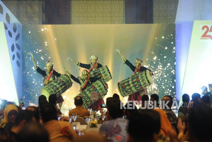 Penari membawakan tarian Gendang Beleq saat pembukaan Anugerah Syariah Republika (ASR) 2017 di Jakarta, Rabu (6/12) malam.