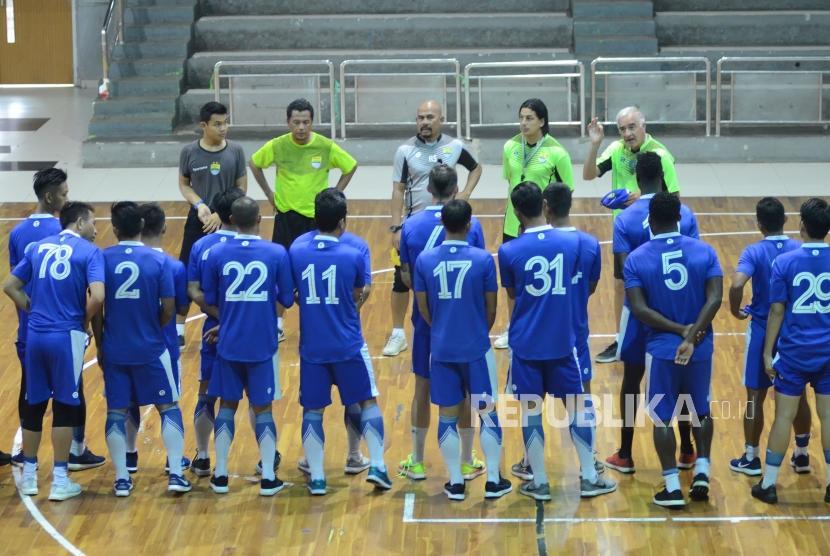 Pelatih Persib Roberto Carlos Mario Gomez (kanan) bersama para asisten pelatih di hadapan para pemain Persib saat berlatih fisik di GOR Pajajaran, Kota Bandung, Senin (5/3).