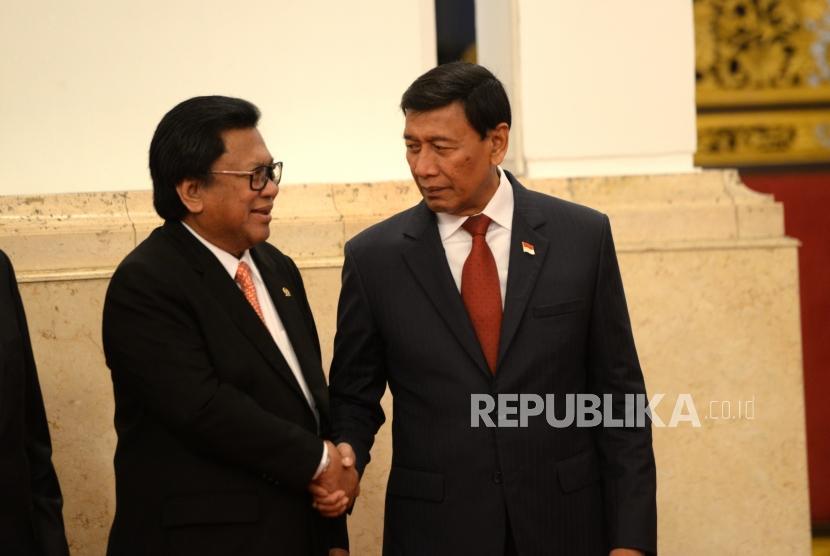 Pertemuan OSO dan Wiranto. Menkopolhukam Wiranto berjabat dengan Ketua Umum Hanura Oesman Sapta sebelum acara pelantikan pejabat negara di Istana Negara, Jakarta, Rabu (17/1).