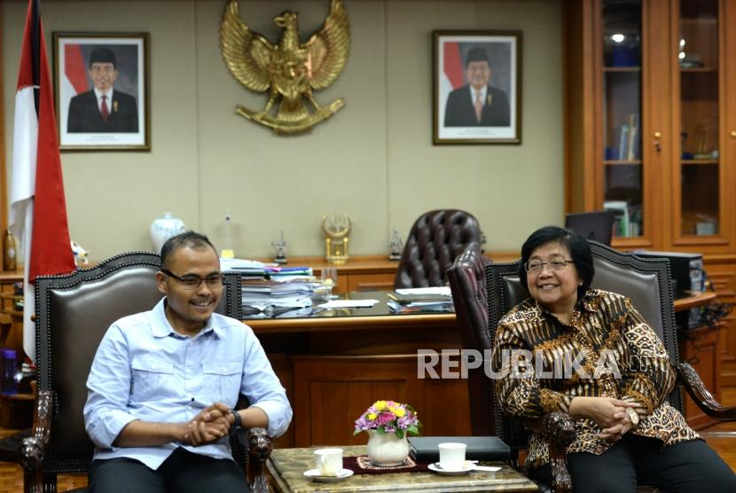 Menteri Kehutanan dan Lingkungan Hidup Siti Nurbaya Bakar (kanan) berdiskusi bersama Pemred Harian Republika Irfan Djunaidi saat bertemu di Kementerian Kehutanan dan Lingkungan Hidup, Jakarta, Jumat (12/1).