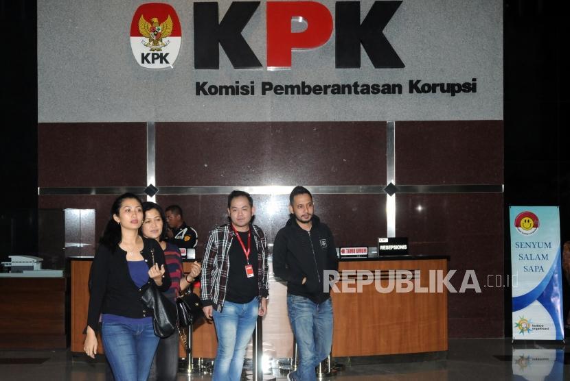 Keluarga pengacara Fredrich Yunadi berjalan di Gedung KPK, Jakarta, Sabtu (13/1).