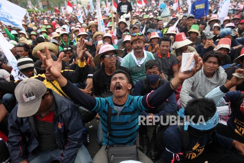Ribuan nelayan yang tergabung dalam Aliansi Nelayan Indonesia (ANNI) melakukan aksi unjuk rasa di depan Gedung Istana Kepresidenan, Jakarta, Rabu (17/1).