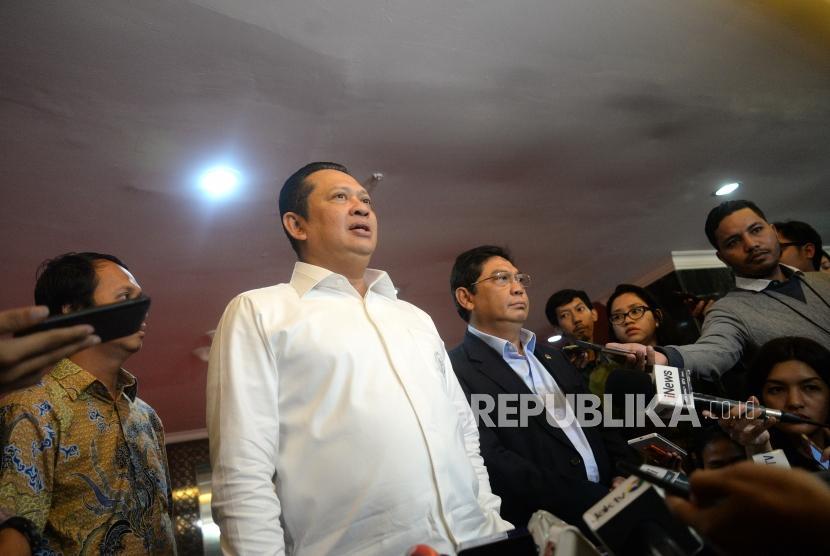 Penambahan Wakil Ketua DPR. Ketua DPR Bambang Soesatyo (kiri) bersama Ketua Fraksi PDI Perjuangan Utut Adianto menyampaikan keterangan pers terkait penambahan jabatan Wakil Ketua DPR di Kompleks Parlemen Senayan, Jakarta, Senin (19/3).