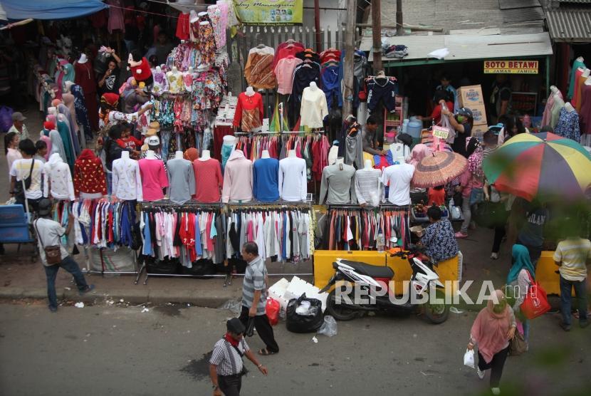 Para pedagang kaki lima berjualan di trotoar kawasan Tanah Abang, Jakarta, Kamis (14/12).