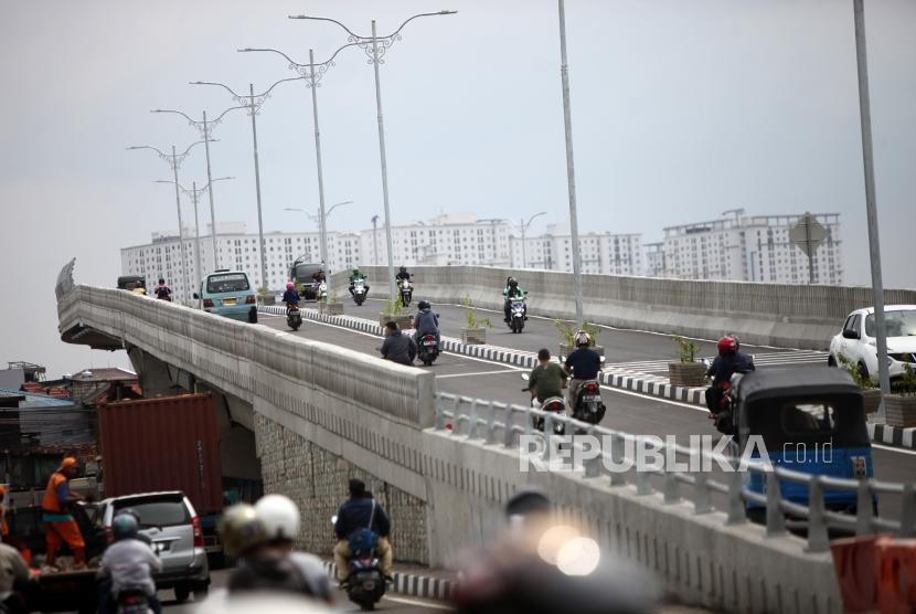 Sejumlah kendaraan melintas di jembatan layang (flyover) / Ilustrasi