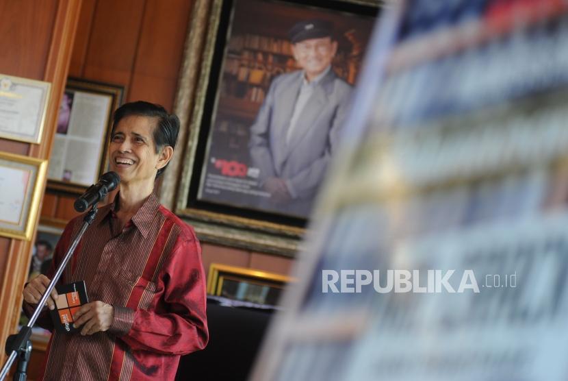 Penulis buku A Makmur Makka  memberikan sambutan dalam acara peluncuran buku Mr Crack dari Pare-Pare di perpustakaan Habibie dan Ainun, Jakarta, Selasa (13/2).