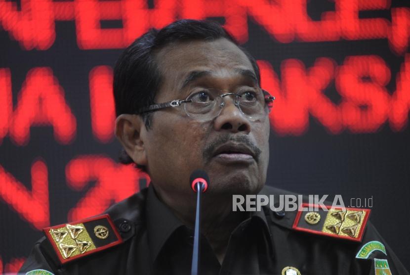 Jaksa Agung M Prasetyo memberikan keterangan pers, di Kejagung, Jakarta, Selasa (9/1).